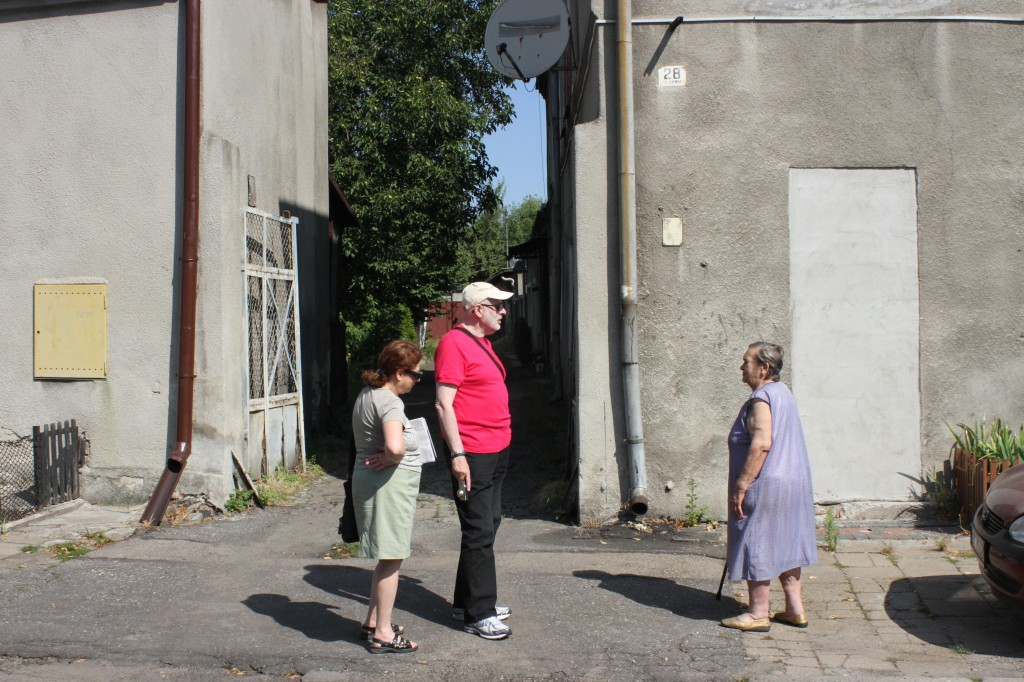 Searching for the house where Działoszyński family lived in the Czestochowa ghetto. Here at Kawia 28, we speak with the oldest living resident of the house.