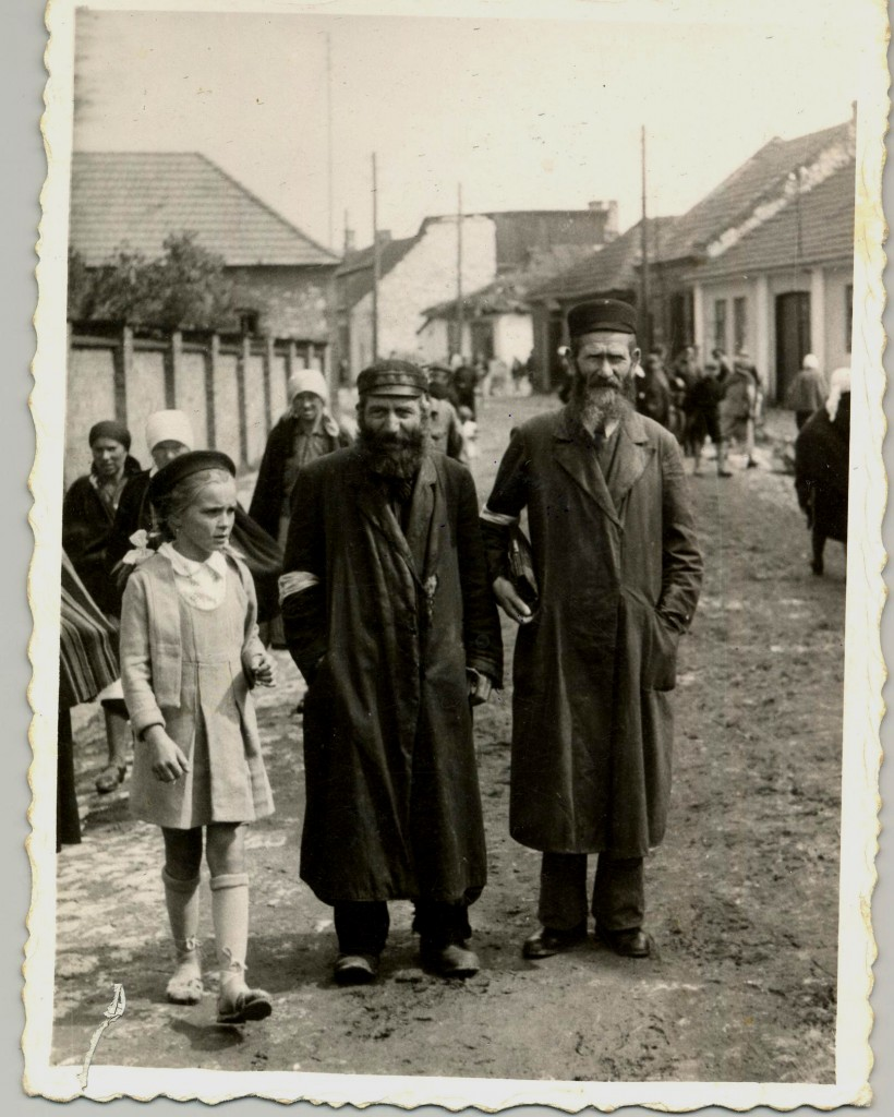 Żarki, Local Jews with armbands, Christian population walking around which suggests that the photo had been taken before the ghetto was created.